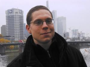 Panschk vor der Skyline von Frankfurt. Mit arrogant-sympathischem Blick